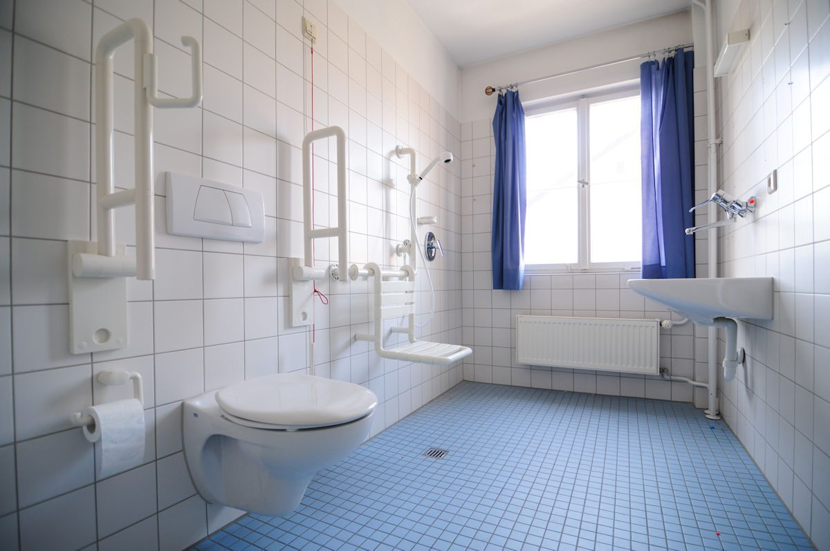 easy access bathroom with shower and toilet